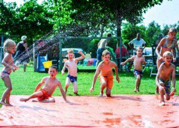Camping spelende kinderen waterpret