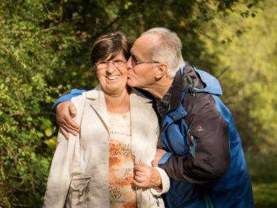 opa en oma genieten samen op onze camping in drenthe