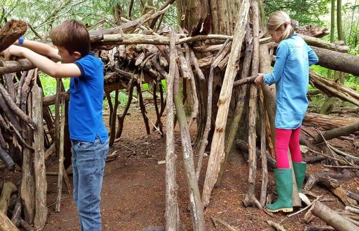 hutten bouwen door kinderen in het bos