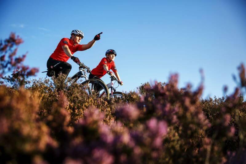 vader en zoon op de mountainbike in drenthe